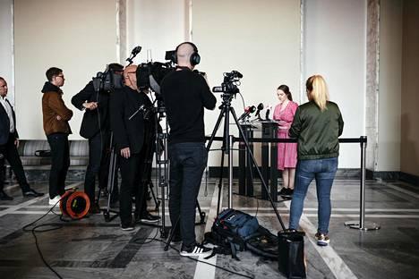 Katri Kulmuni median ympäröimä Valtiosalissa ilmoitettuaan perjantaina erostaan.
