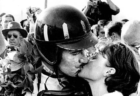 Englantilainen Graham Hill, joka voitti Yhdysvaltain Grand Prixin, saa onnittelusuukon 18-vuotiaalta neitoselta Marya Argetsinteriltä. Tyttö ainakin näyttää olevan tosissaan.