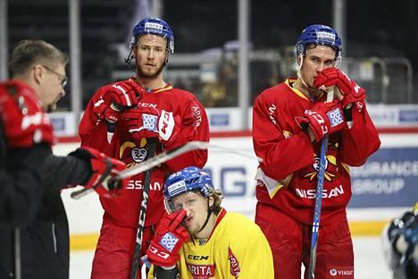 Peter Regin, John Norman ja Sami Lepistö (oik.) kuuntelivat päävalmentaja Jukka Jalosen ohjeita Jokereiden harjoituksissa.
