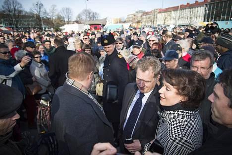 Presidentti Sauli Niinistön maakuntavierailu Saloon puolisonsa Jenni Haukion kanssa maaliskuussa 2012. Presidenttipari käveli Salon kaupungintalolta torille kahvittelemaan ja tapaamaan ihmisiä.