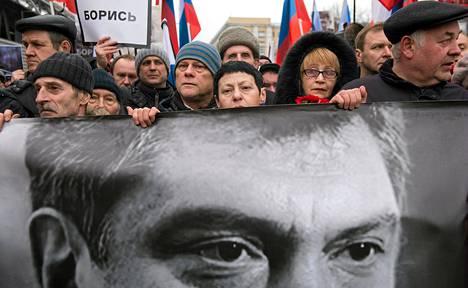 Mielenosoittajat kantoivat Boris Nemtsovin valokuvaa sunnutaina Moskovassa.