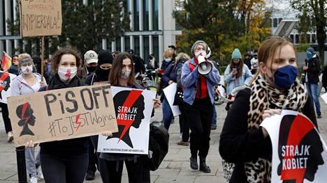 Naiset osoittivat tiistaina mieltään Varsovassa Puolan parlamentin edessä vastustaakseen uutta aborttilakia.