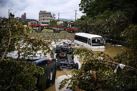 Voimakkaiden sateiden ja tulvien seurauksena ajoneuvoja huuhtoutui jokeen Hitoyoshissa Kumamoton prefektuurissa.