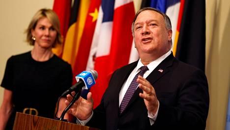 Yhdysvaltain ulkoministeri Mike Pompeo puhui lehdistölle YK:n päämajassa New Yorkissa turvallisuusneuvoston istunnon jälkeen 20. elokuuta. Taustalla Yhdysvaltain YK-lähettiläs Kelly Craft.