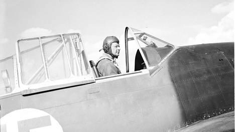 Gustaf Magnusson Brewster-hävittäjän ohjaamossa jatkosodan alkuvaiheessa heinäkuussa 1941.