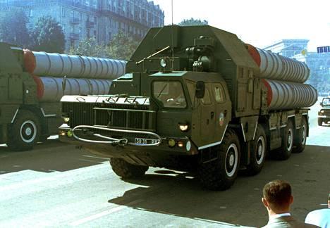 S-300-ohjuksia kuljetettiin lavetilla sotilasparaatissa Ukrainassa vuonna 2001. Venäjä vie Syyriaan vastaavanlaisia ohjuksia.