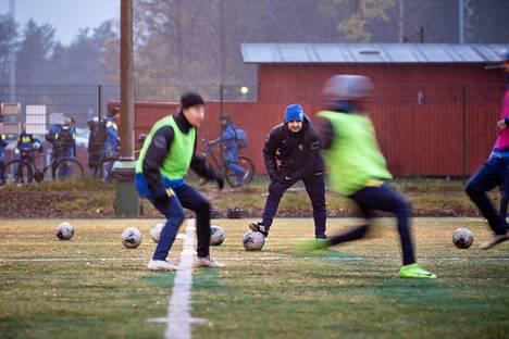 Jalkapallojoukkue IF Gnistanin harjoitukset Helsingin Oulunkylässä lokakuun lopussa.