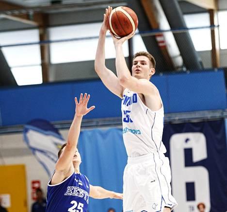 Remu Raitanen heitti uransa ensimmäisessä A-maaottelussa mukavat 15 pistettä Viroa vastaan.