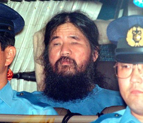 Shoko Asahara poliisien pidättämänä Tokiossa vuonna 1995.