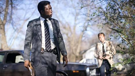 True Detectiven kolmannen kauden pääosassa on Mahershala Ali (vas.) etsiä Wayne Haysin roolissa. Taustalla hänen pariaan Roland Westiä esittävä Stephen Dorff.