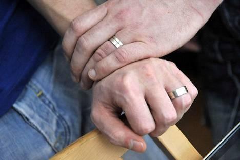 Kirkko ei toistaiseksi ala vihkiä homopareja avioliittoon.