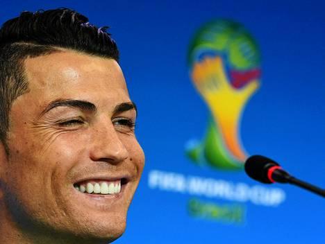 Hymyilevä Ronaldo vakuuttaa olevansa kunnossa.