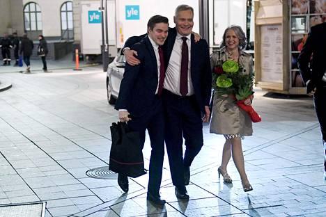 Viestintävastaava Dimitri Qvintus (vas.), Sdp:n puheenjohtaja Antti Rinne ja hänen puolisonsa Heta Ravolainen-Rinne poistuivat Sdp:n eduskuntavaalien vaalivalvojaisista maanantain vastaisena yönä.