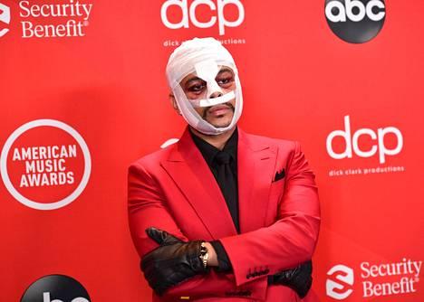 Kanadalaisartisti The Weeknd on herättänyt hämmennystä esiintymällä maskeerattuna myös videoidensa ulkopuolella, kuten marraskuun 2020 American Music Awards -tapahtumassa.