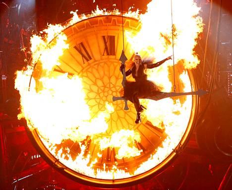 """Pop-tähti Pink esittää kappaleensa """"Just like fire"""" Billboard Awards -gaalassa Las Vegasissa."""