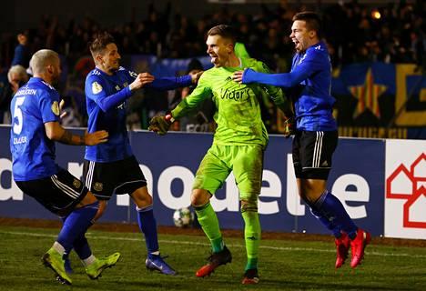 1. FC Saarbrückenin pelaajat juhlivat voittoa Fortuna Düsseldorfista rangaistuspotkukilpailun jälkeen 3. maaliskuuta 2020.