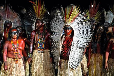 Yawanua-heimon jäsenet ottivat osaa näytökseen São Paulon muotiviikoilla, joilla esiteltiin kesän 2016 mallistoja.