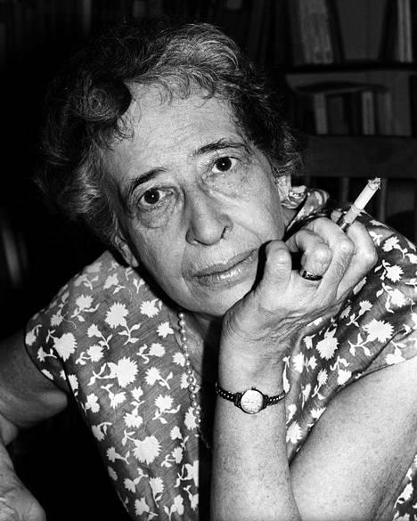 Hannah Arendt sai Yhdysvaltojen kansalaisuuden asuttuaan siellä kymmenen vuotta. Filosofi kuvattuna vuonna 1966.