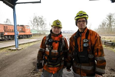 Teräsyhtiö ArcelorMittalin työntekijät Mauro Comodi (vas.) ja Rachid Kacioui ovat vielä saaneet jatkaa töitä.