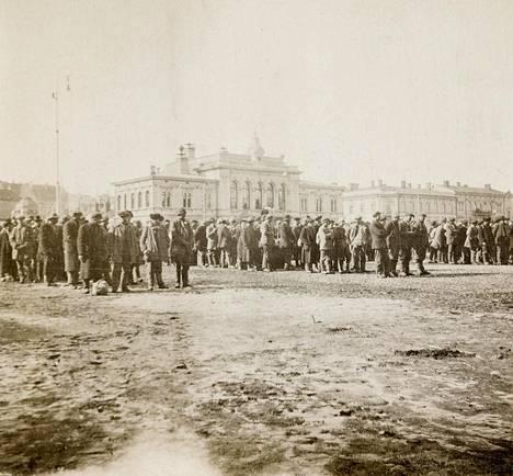 Vangittuja punakaartilaisia Tampereella 5.4.1918.