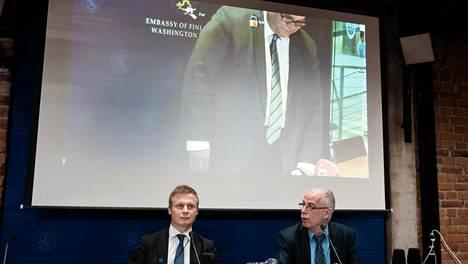 Ulkoministeriön konsuliyksikön päällikkö Juha Savolainen ja keskusrikospoliisin Thomas Elfgren odottivat, kun ulkoministeri Timo Soini saapui tiedotustilaisuuteen kertoakseen Afganistanissa vapautuneesta suomalaisesta. Soini osallistui tilaisuuteen videoyhteyden välityksellä Yhdysvalloista.