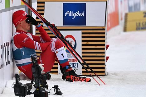 Pettynyt Aleksandr Bolšunov maalialueella kilpailun jälkeen.