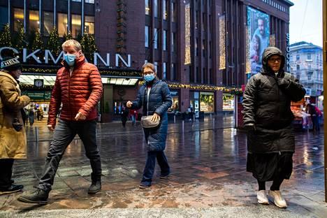 Matkapuhelimien mobiiliverkkodatan perusteella vaikuttaa siltä, että ihmisiä liikkuu Helsingin keskustassa vähemmän kuin aiempina viikkoina mutta ei niin vähän kuin pahimpaan korona-aikaan viime keväänä.
