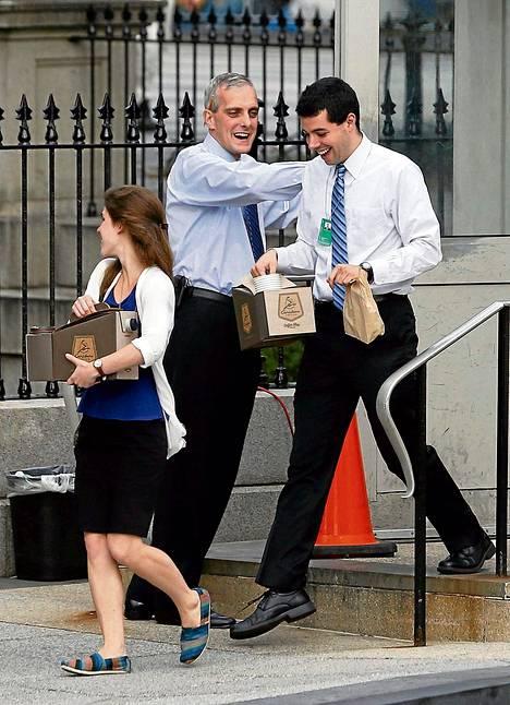 Valkoisen talon kansliapäällikkö Denis McDonough tervehti töihin palaavia virkamiehiä torstaina Washingtonissa.