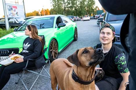 Jerry Koivuluoma on Nasu-koiransa kanssa joka viikonloppu Shellillä viettämässä aikaa. Taustalla Viivi Alppinen syö ranskalaisia ja mozzarellatikkuja.