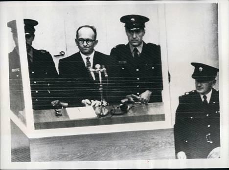 Joulukuussa 1961 natsi-Saksan johtohahmoihin kuulunut Adolf Eichmann tuomittiin kuolemaan rikoksista ihmiskuntaa vastaan. Arendt raportoi oikeudenkäynnistä.