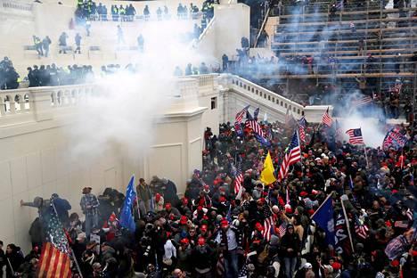 Donald Trumpia kannattava väkijoukko hyökkäsi kongressitaloon Washingtonissa tammikuun 6. päivä. Kiinniotettujen joukossa oli kymmeniä Qanon-salaliittoteorian kannattajia.