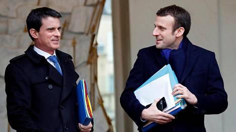 Vielä vuosi sitten Manuel Valls (vas.) ja Emmanuel Macron olivat samassa hallituksessa. Valls oli pääministeri ja Macron talousministeri.