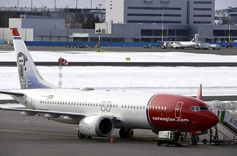 Norwegianin Boeing 737 Max-kone Helsinki-Vantaalla maaliskuussa.