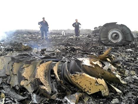 Ukrainalaiset pelastustyöntekijät Malaysia Airlines -matkustajakoneen putoamispaikalla.