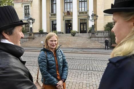 Tiede- ja kulttuuriministeri Hanna Kosonen keskusteli mieltään osoittavien kanssa ennen menoaan hallituksen budjettiriiheen Säätytalolle maanantaina.