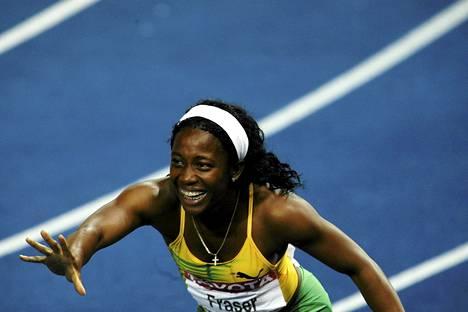 Näin Shelly-Ann Fraser-Pryce riemuitsi sadan metrin maailmanmestarina Berliinissä vuonna 2009.