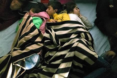 Siirtolaiset nukkuivat kreikkalaisella Lesbosin saarella sunnuntaina. He saapuivat tuhansien muiden tapaan Egeian meren yli Turkista.