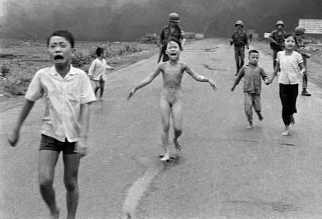Phan Thi Kim Phúc (keskellä) muistetaan tästä kuvasta.