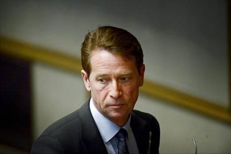 Vantaalla vaikutusvaltaisimpiin poliittisiin tehtäviin noussut Tapani Mäkinen (kok) erosi tiistaina oikeusministerin erityisavustajan työstä. Syy oli Vantaan kuntapolitiikkaan liittyvä talousrikosepäily.