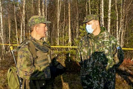 Ilmavoimien pääsotaharjoitukseen oli käsketty kertaamaan myös olympiavoittaja Sami Jauhojärvi (vas.). Hänen vieressään on harjoituksen johtaja Juha-Pekka Keränen.