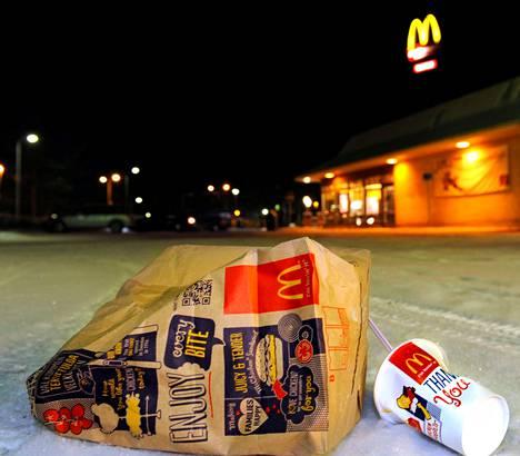 Kouvolan Kellomäen McDonald'sin asiakkaat roskaavat ympäristöä, arvostelee paikallinen yrittäjä.
