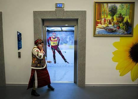 Venäläinen nainen käveli Ole Einar Björndalenin kuvalla varustetun hissin ohi Sotšin lehdistökeskuksessa olympialaisten avajaisten aattona.