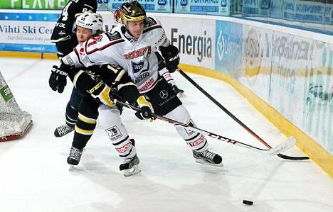 HIFK:n Juuso Puustinen (oik.) ja Bluesin Mikko Kuukka tavoittelevayt kiekkoa Bluesin päädyssä.