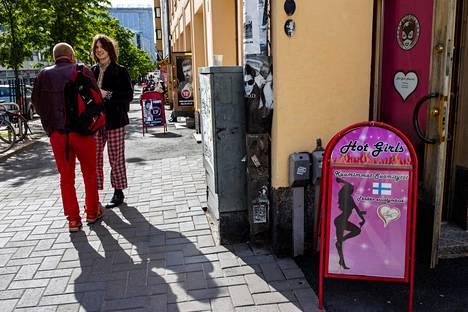 Esko Puranen (vas) ja Jaakko Mäkiniemi kertoivat kiertäneensä jo useamman baarin maanantaina.