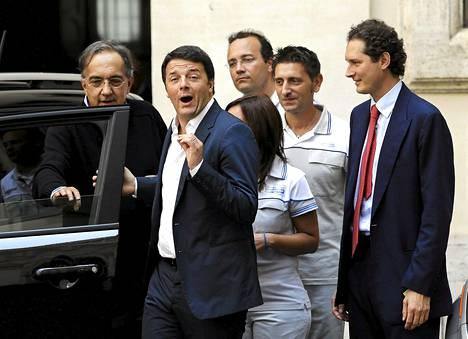Italian pääministeri Matteo Renzi (2. vas.) osallistui Jeep Renegade -uutuusmallin esittelytilaisuuteen heinäkuussa Roomassa. Seuranaan hänellä oli kaksi Italian autoteollisuuden vahvaa miestä, Fiatin hallituksen puheenjohtaja  John Elkann (oik.) ja pääjohtaja Sergio Marchionne (vas.).