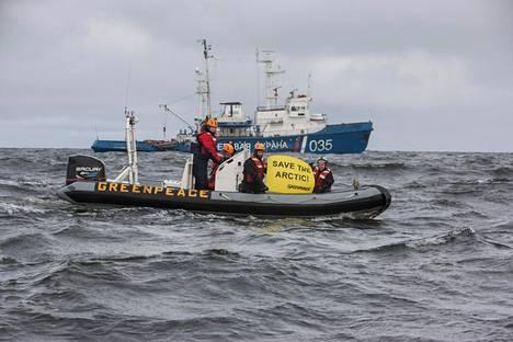Greenpeacen ryhmä ennätti kiertää Rosneftin ja ExxonMobilen yhteistä öljyntutkimusalusta ennen kuin Venäjän rannikkovartiosto saapui paikalle.