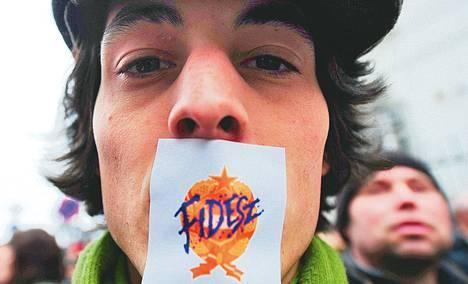 Mielenosoittaja vastusti Unkarin hallituspuolueen Fideszin politiikkaa Budapestissa maaliskuussa.