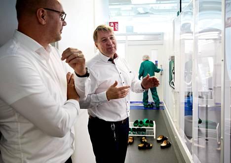 Mobidiagin toimitusjohtaja Tuomas Tenkanen (oikealla) ja kehitysjohtaja Kari Kataja yhtiön Espoon Keilaniemen testilinjaston luona. Mobidiag kehittää ja valmistaa sairauksien diagnosointiin testilaitteita, joiden käyttö olisi mahdollisimman edullista.