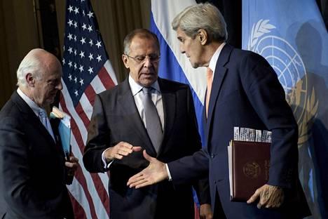 Yhdysvaltain ulkoministeri John Kerry (oik.) tapasi viime viikolla Wienissä Venäjän ulkoministerin Sergei Lavrovin. Läsnä oli myös YK:n Syyrian-lähettiläs Staffan de Mistura (vas.), jonka kanssa Lavrovin on määrä tavata keskiviikkona.