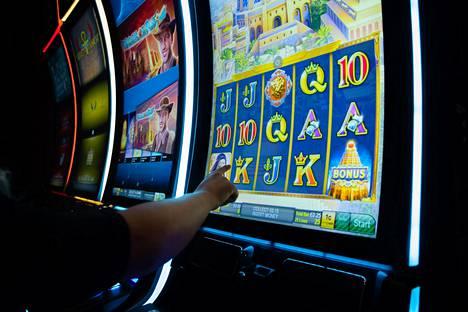 Tuoreessa kansalaisaloitteessa esitetään, että rahapeliautomaatteja voisi pelata ainoastaan kasinoilla ja valvotuissa pelisaleissa. Kuva on Veikkauksen pyörittämästä Casino Helsingistä.